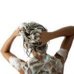 Femme qui fait un shampooing