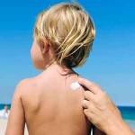 Crème solaire sur l'enfant