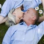 Seniors qui s'embrassent