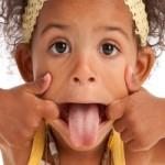Enfant qui fait la grimace