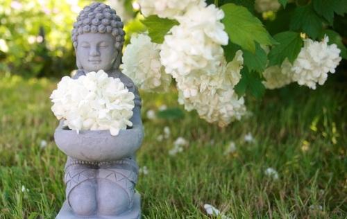 Buddha avec des fleurs