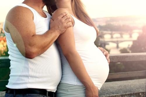 Femme enceinte et son compagnon