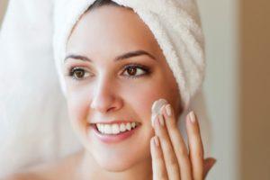 Crème hydratante sur le visage