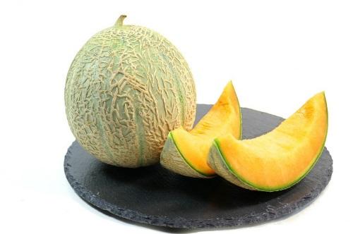 Un melon coupé sur un plateau