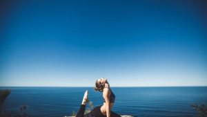 Stretching au bord de la mer