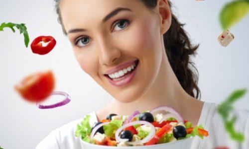 Femme qui mange des légumes