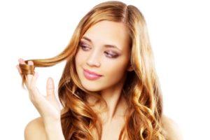 Femme aux cheveux bouclés