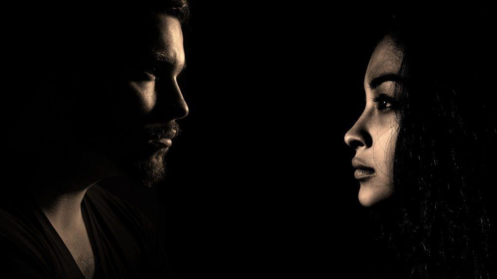 Couple qui discute dans le noir