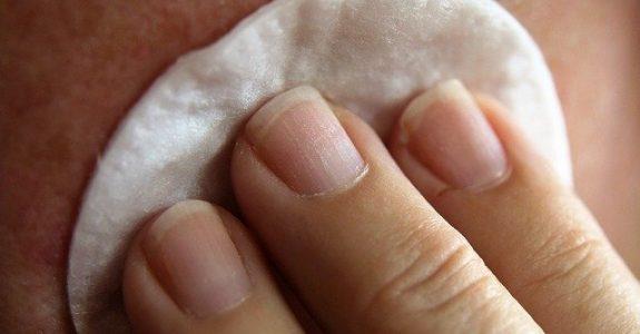 Visage nettoyé avec de l'eau micellaire