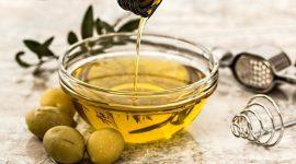 Huile d'olive versée dans un bol