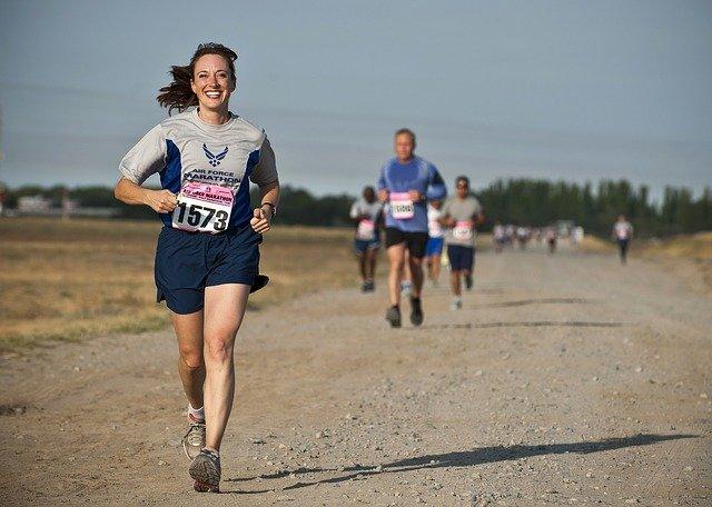 Une coureuse qui sourit