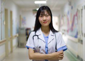 Femme médecin asiatique